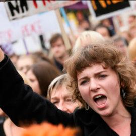 Polské černé protesty: Spontánní hnutí nebo důsledek velkých finančních investic?